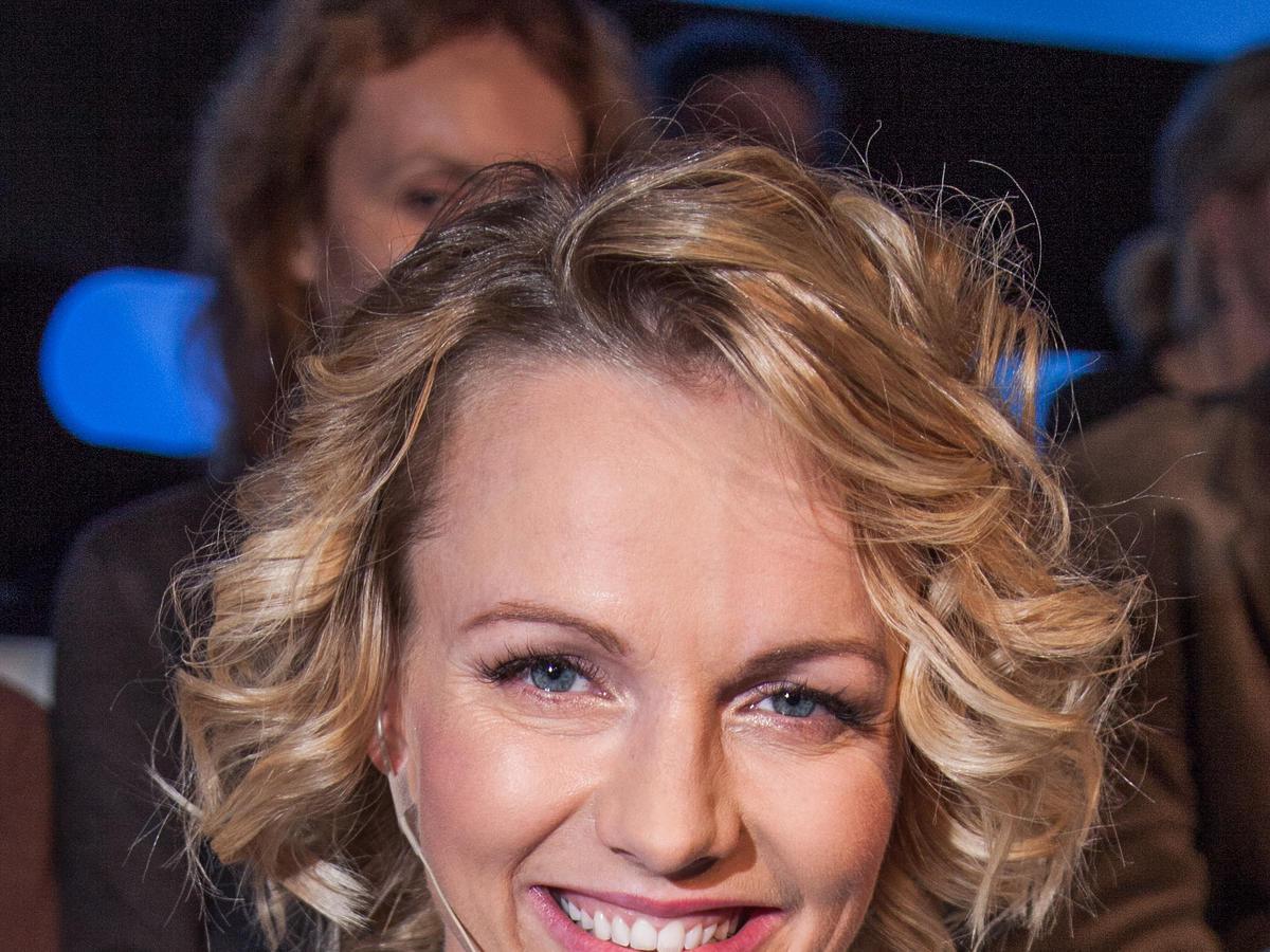Marta Szulawiak uśmiechnięta w blond włosach