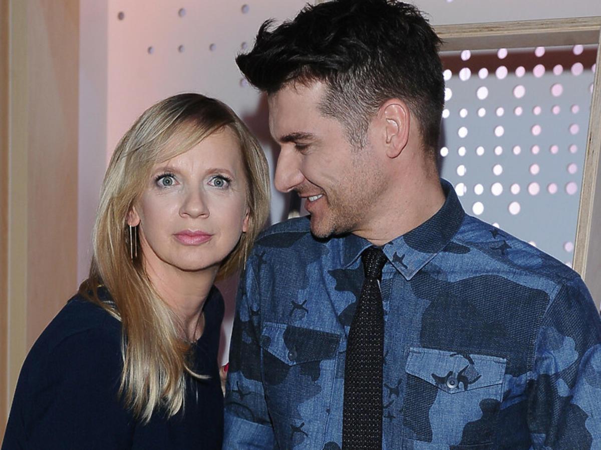 Marzena Rogalska w granatowej bluzce zdziwiona, Tomasz Kammel patrzy się na Marzenę