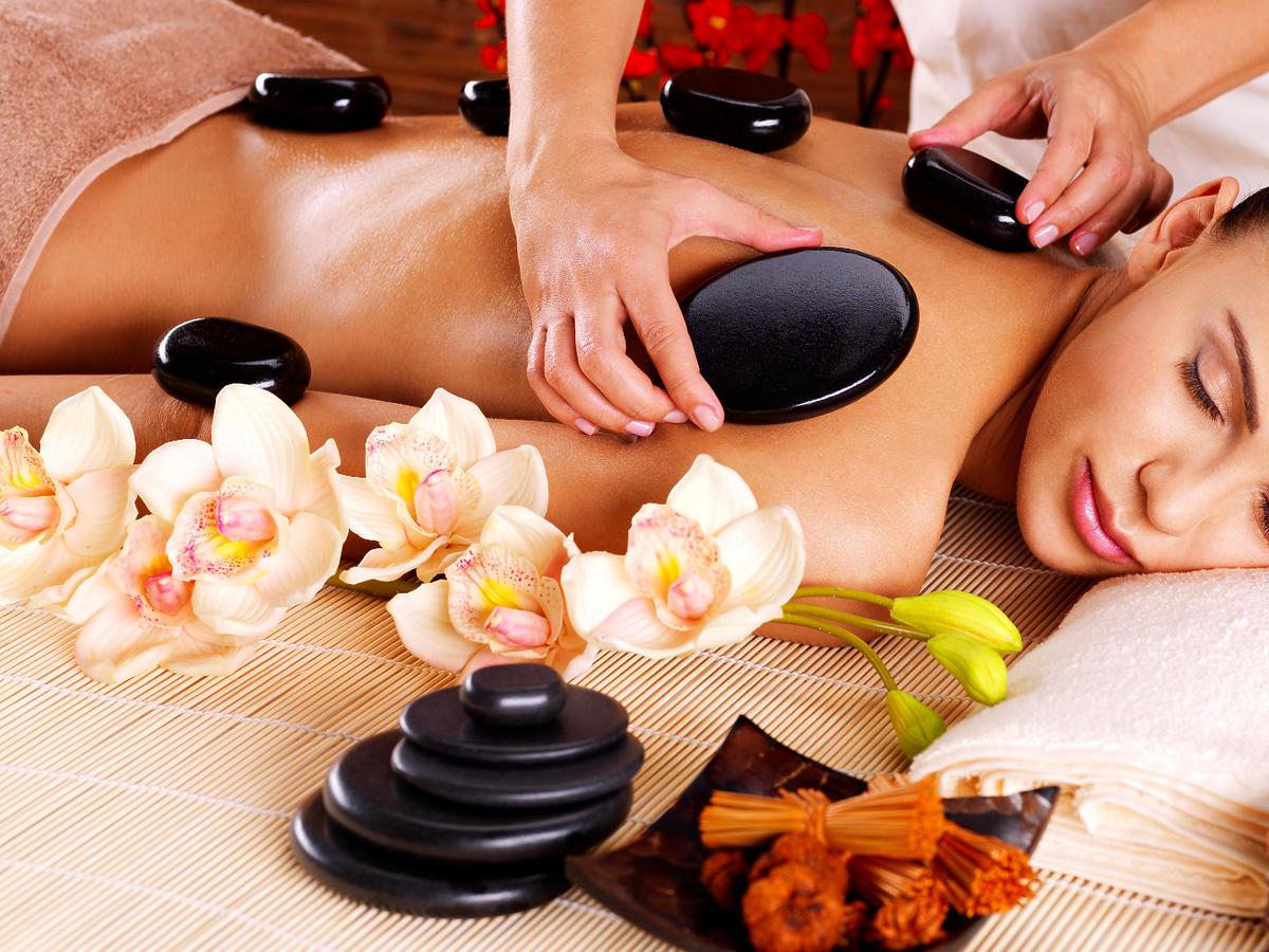 masaż gorącymi kamieniami