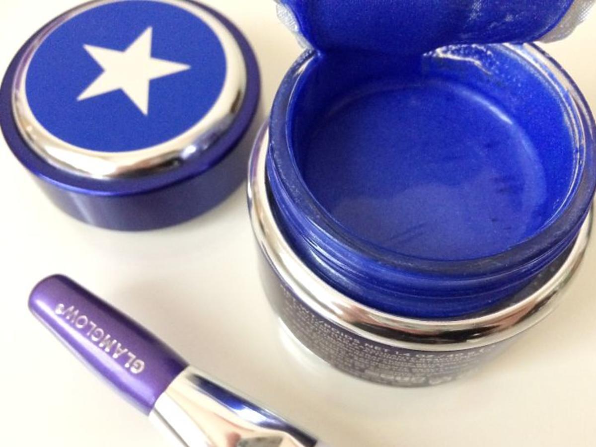 maseczka GlamGlow Sonic Blue Gravitymud otwarte opakowanie z pędzelkiem na toaletce