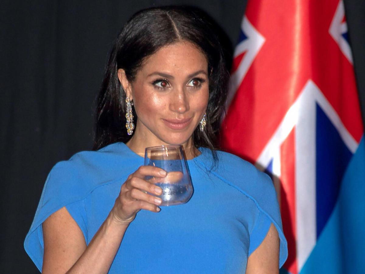 Meghan Markle w niebieskiej sukience na Fidżi