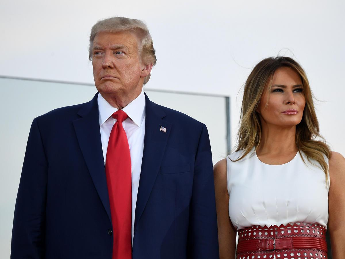 Melania Trump odtrąca rękę męża