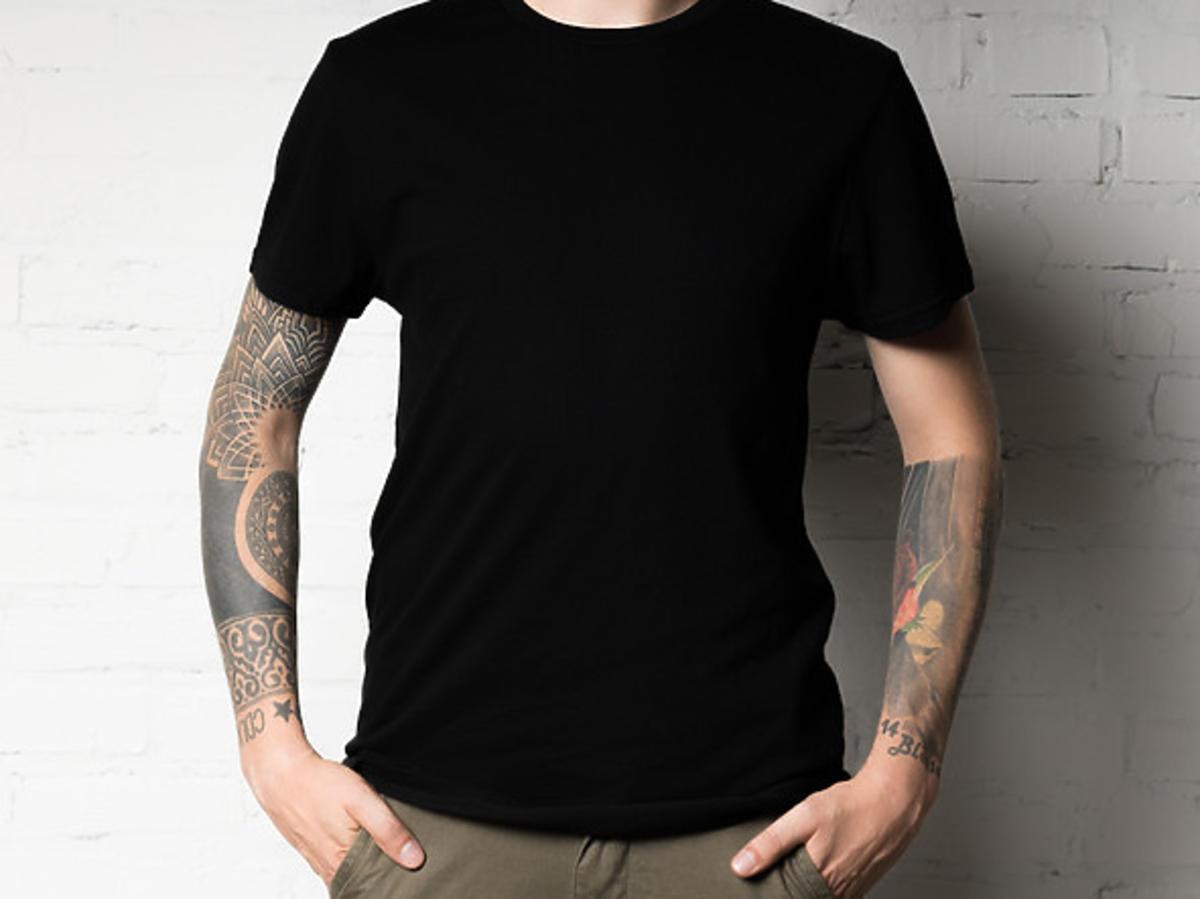 mężczyzna z tatuażami na rękach
