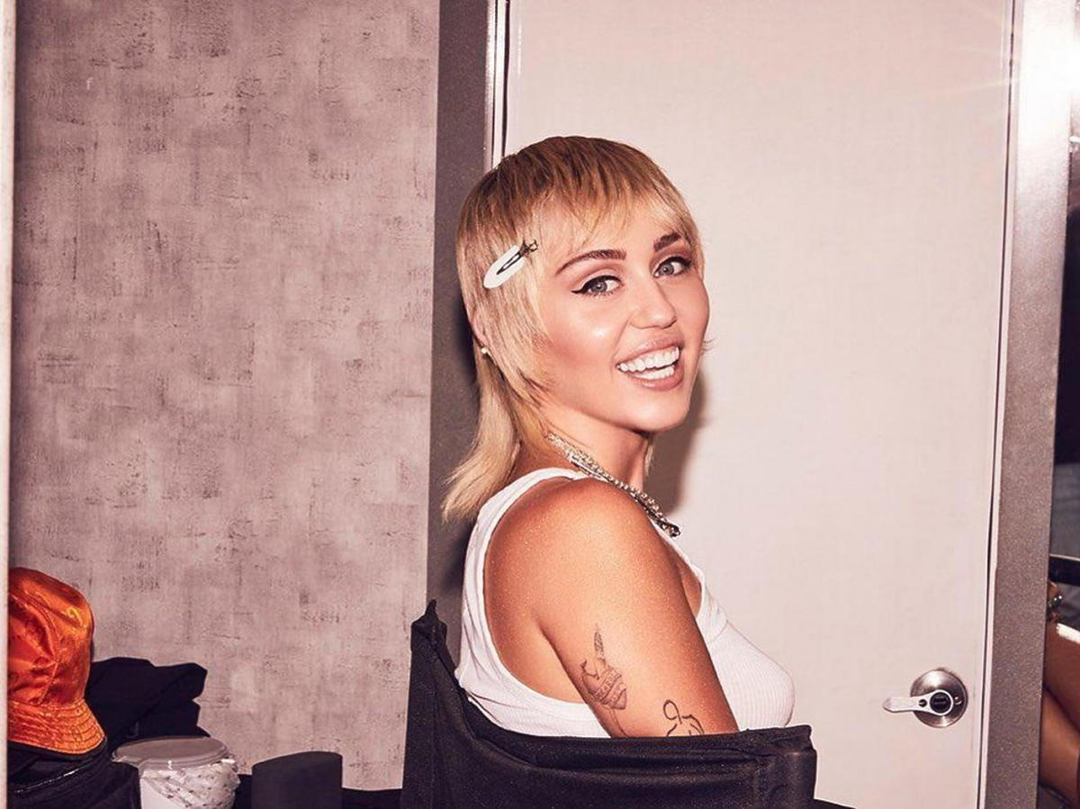 Miley Cyrus w fryzurze mullet na zimę 2020