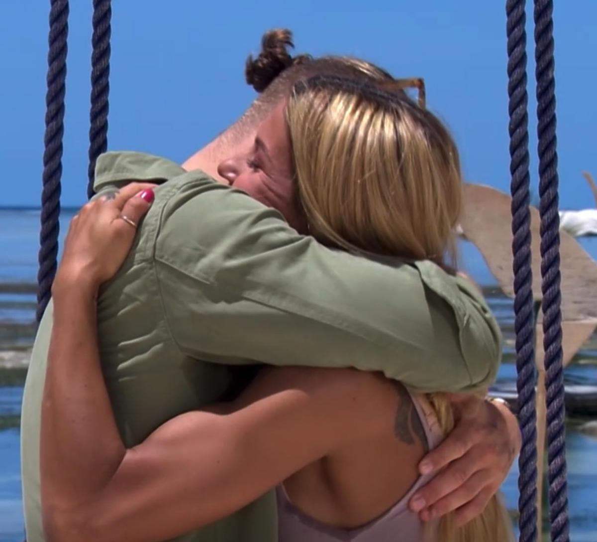 Miłosz i Wiktoria przytulają się