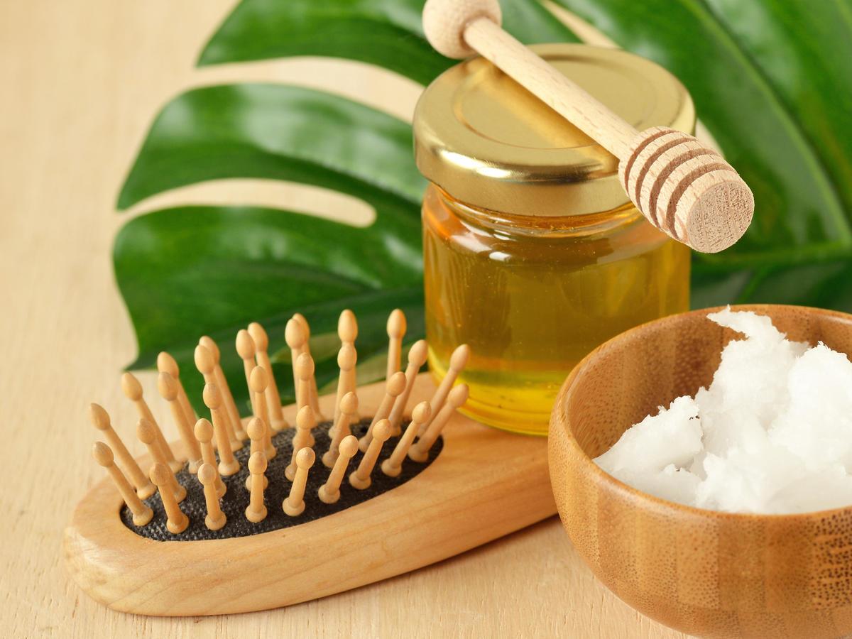 miód i szczotka do miodowania włosów