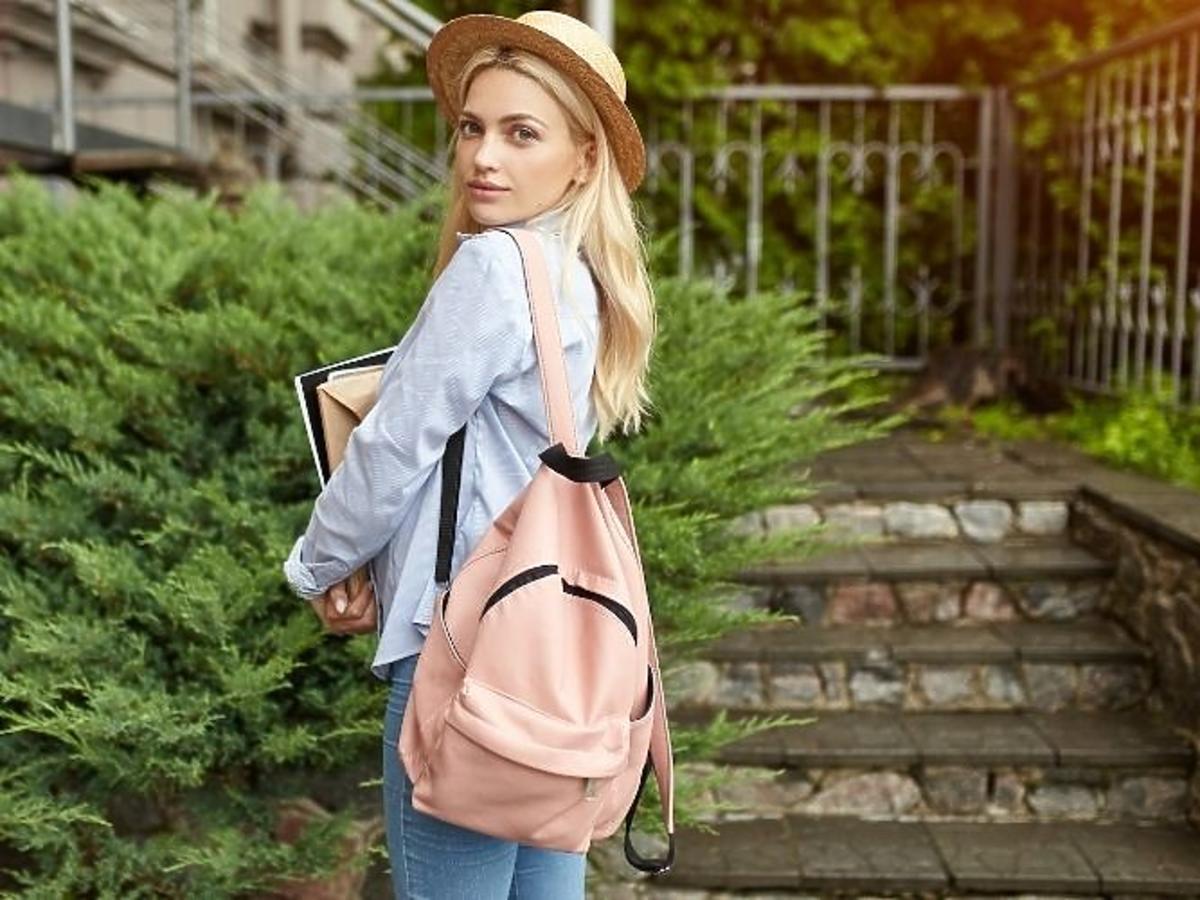 młoda dziewczyna z plecakiem