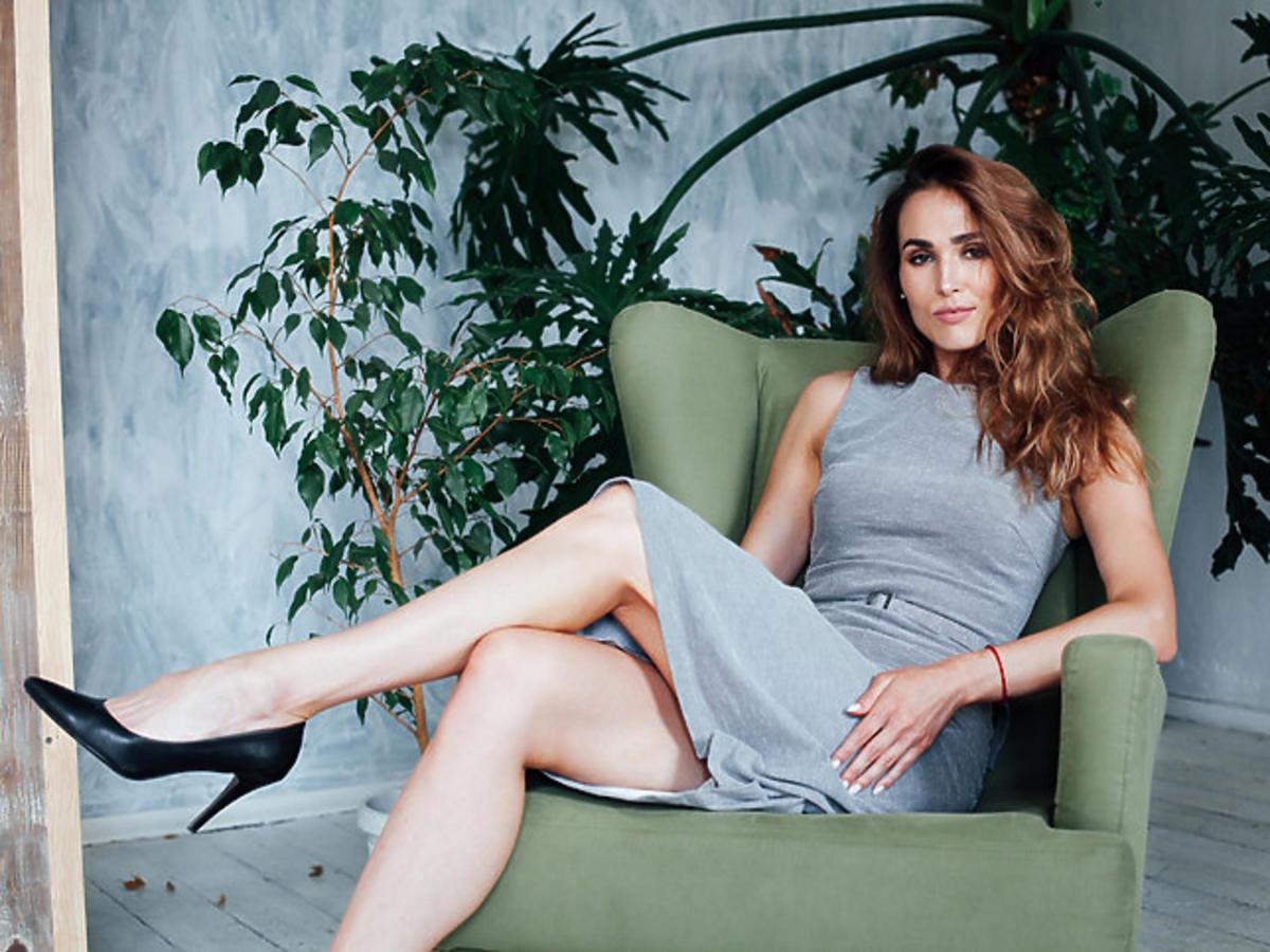 modelka w szarej sukience