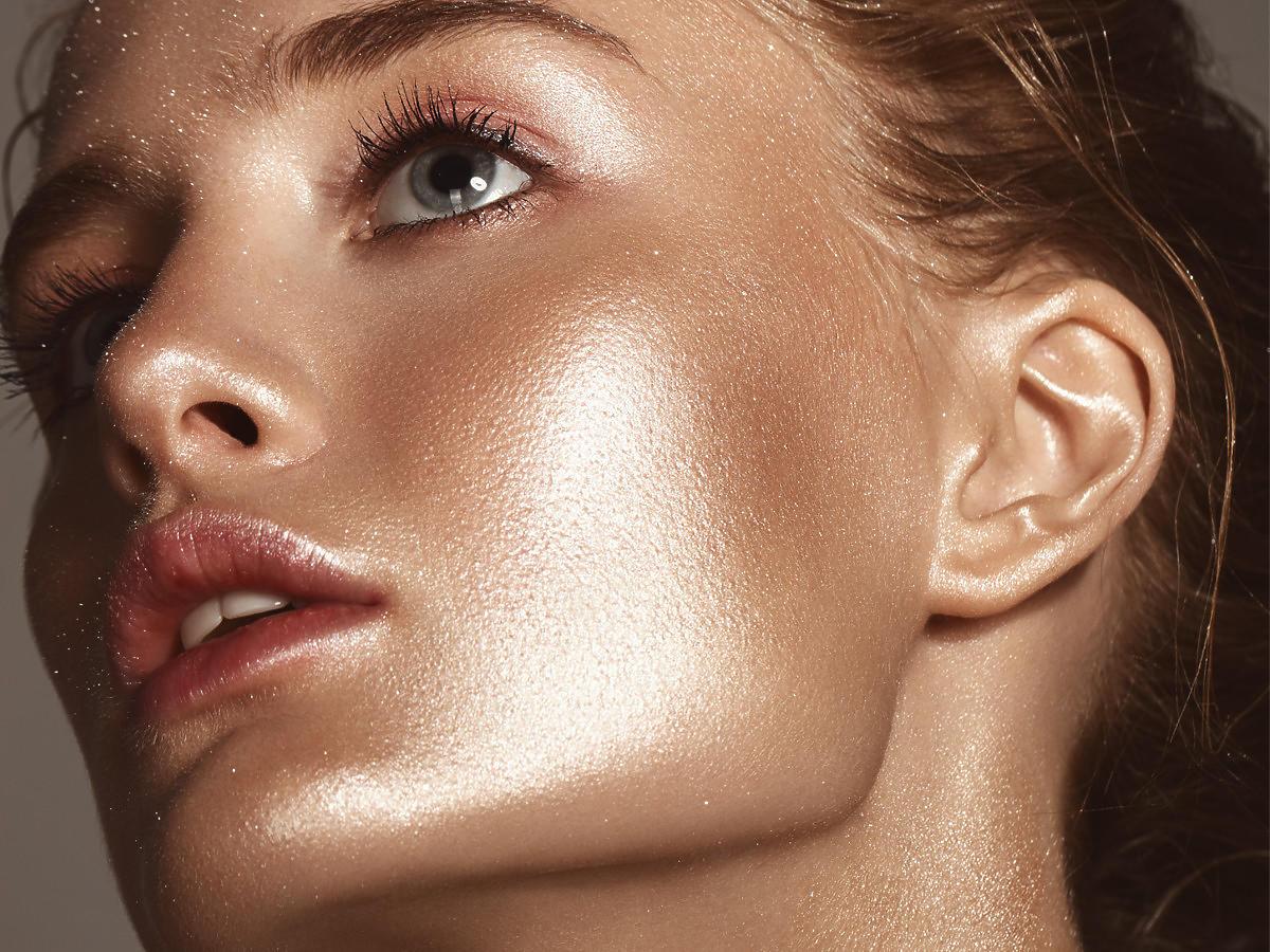 Modelka z olejkiem brązującym do twarzy