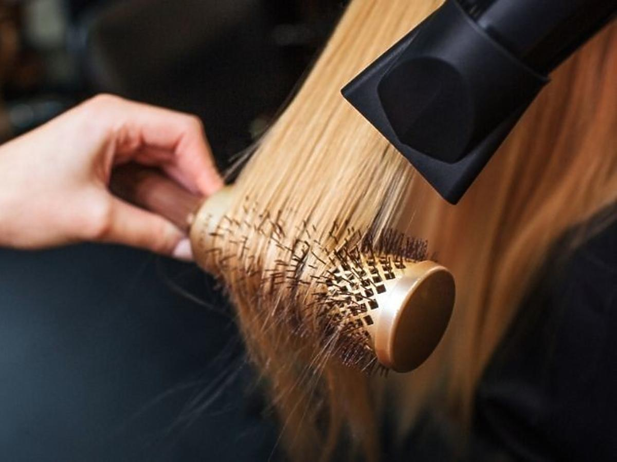 Modelowanie włosów na szczotkę w domu krok po kroku