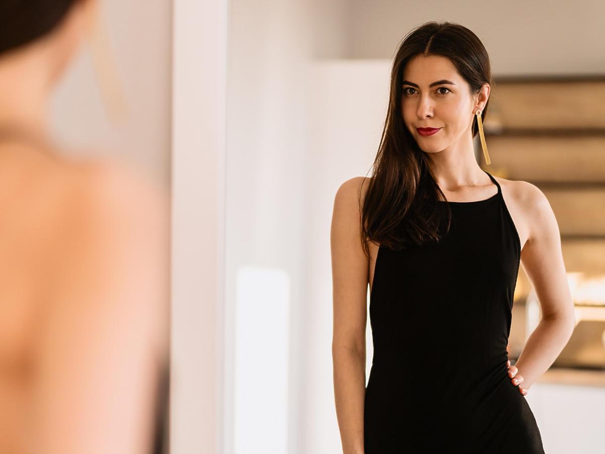 modna czarna sukienka na wiosnę 2021 z Mohito za 39,99 zł