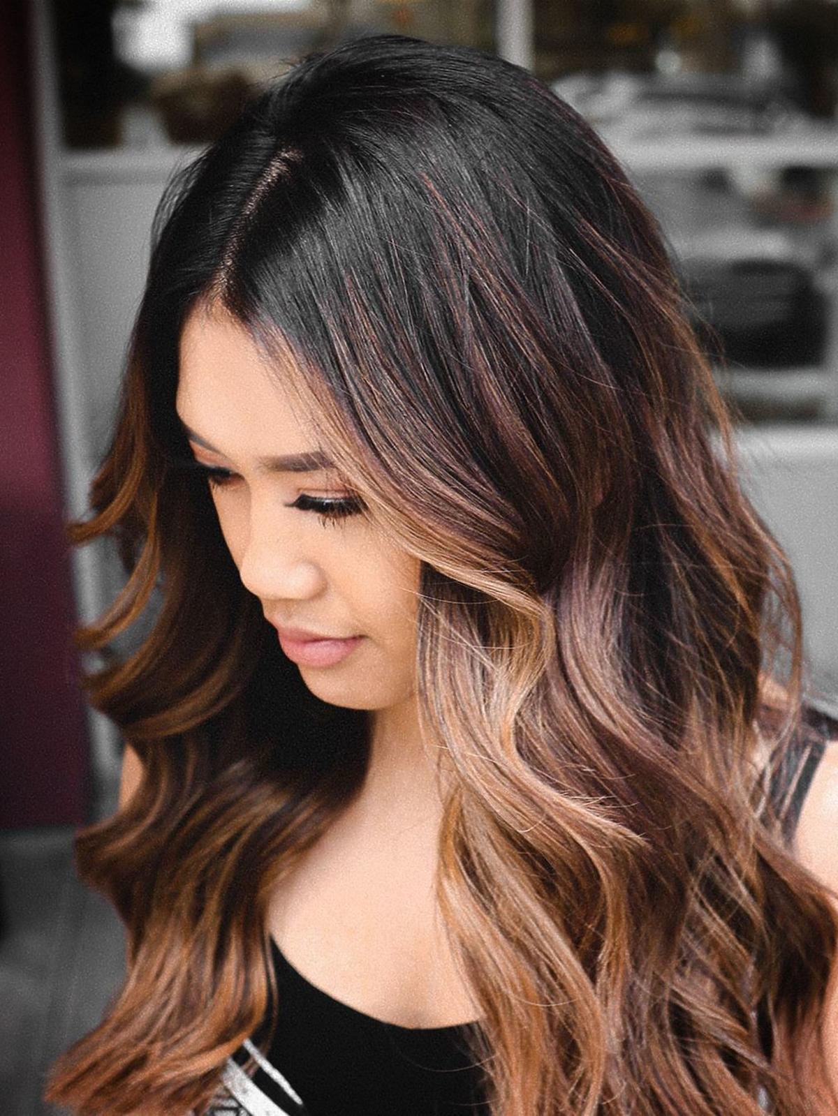 Modne fryzury: money piece na ciemnych włosach