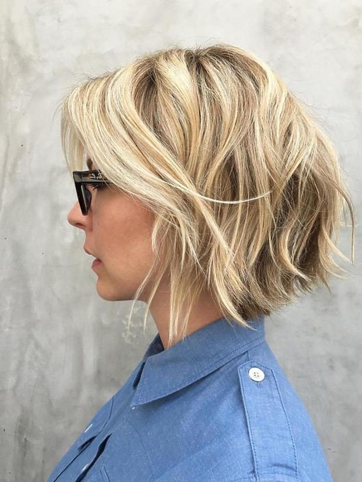 Modne fryzury - shaggy bob na blond włosach
