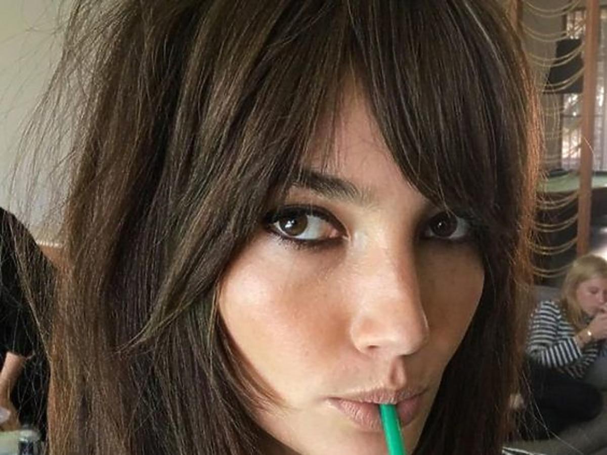Modne fryzury: side swept bangs