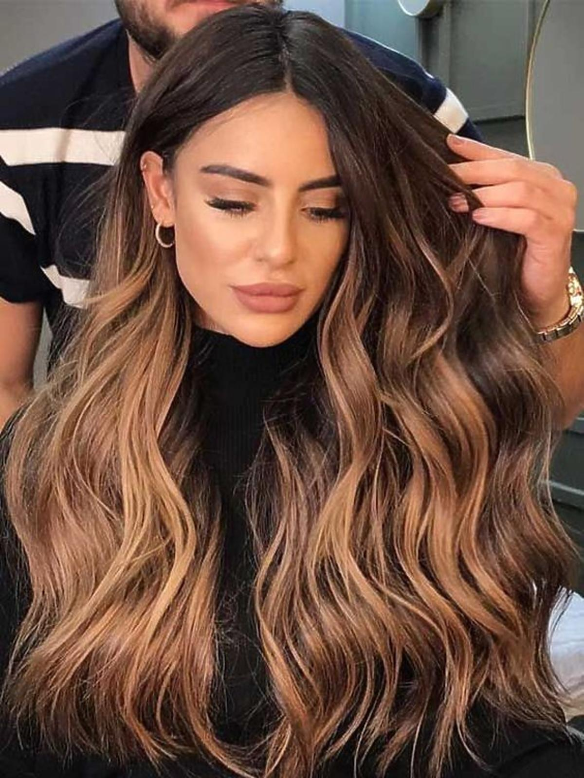 Karmelowe sombre na włosach o odcieniu średniego brązu