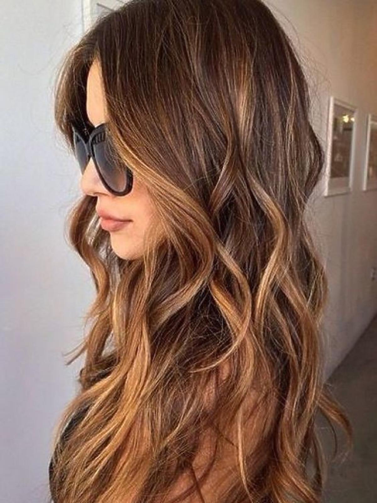 Karmelowe sombre na długich włosach