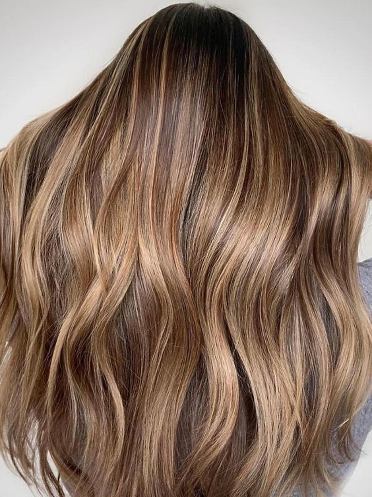 Karmelowe sombre i włosy o odcieniu ciemnego blondu