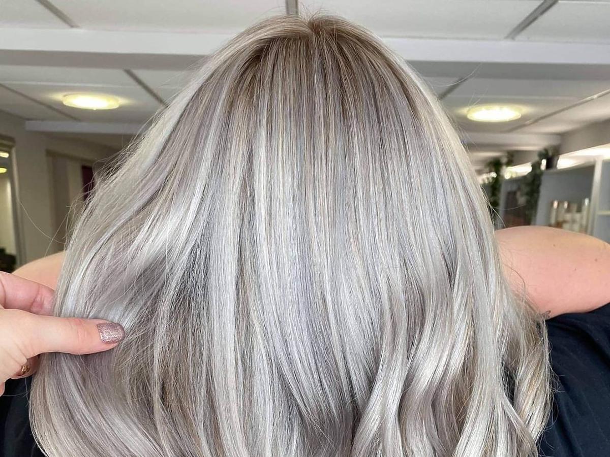 modne kolory włosów na jesień 2020 - steel blonde