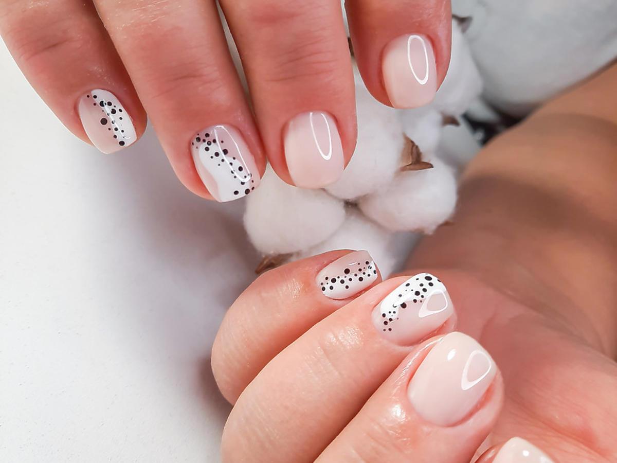 modne paznokcie 2021 speckled nails