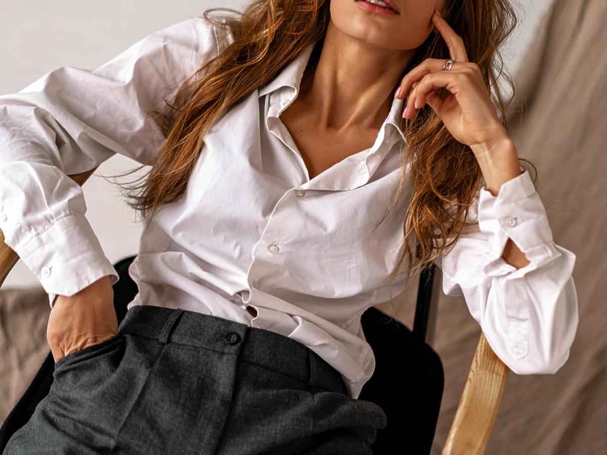 modne spodnie z wyprzedaży w Sinsay