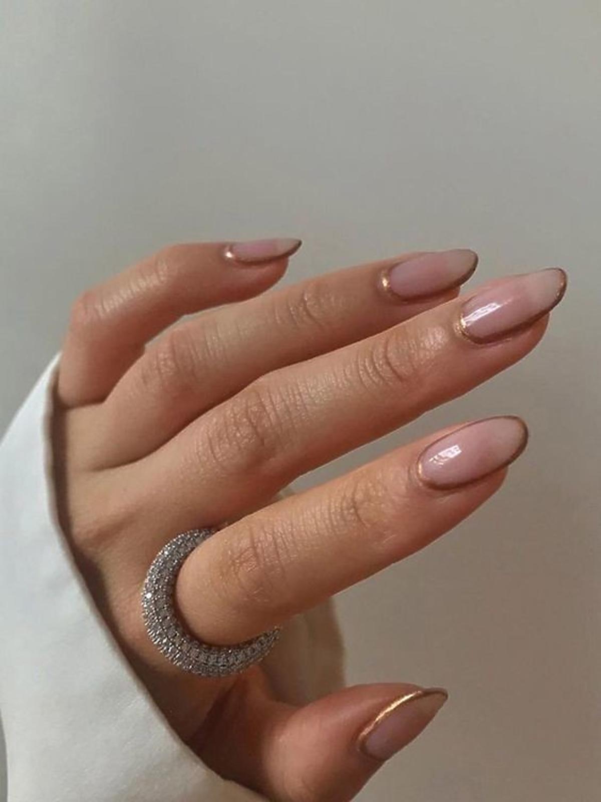 Modne złote paznokcie 2020