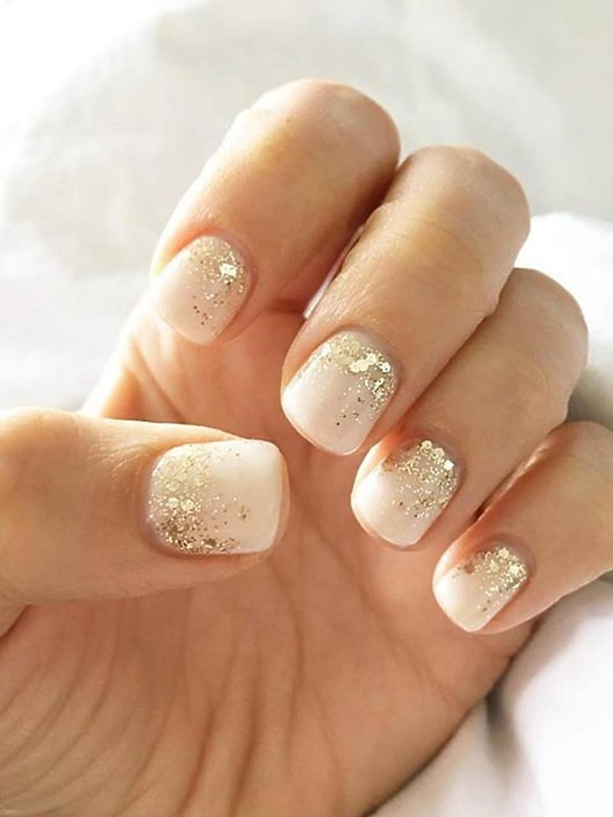 Beżowo-złote paznokcie