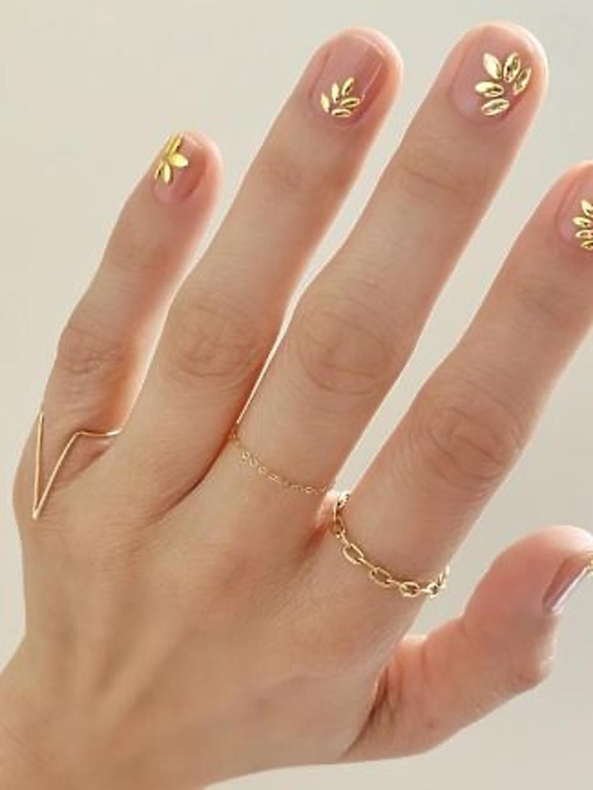 Złote naklejki na paznokciach