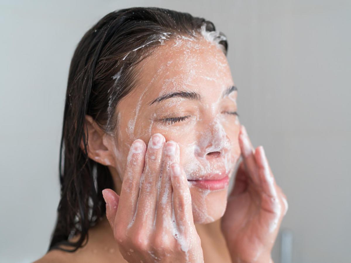Mycie twarzy pianką oczyszczającą
