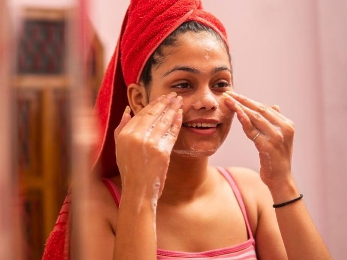 Mycie twarzy żelem oczyszczającym od Mixa do cery wrażliwej