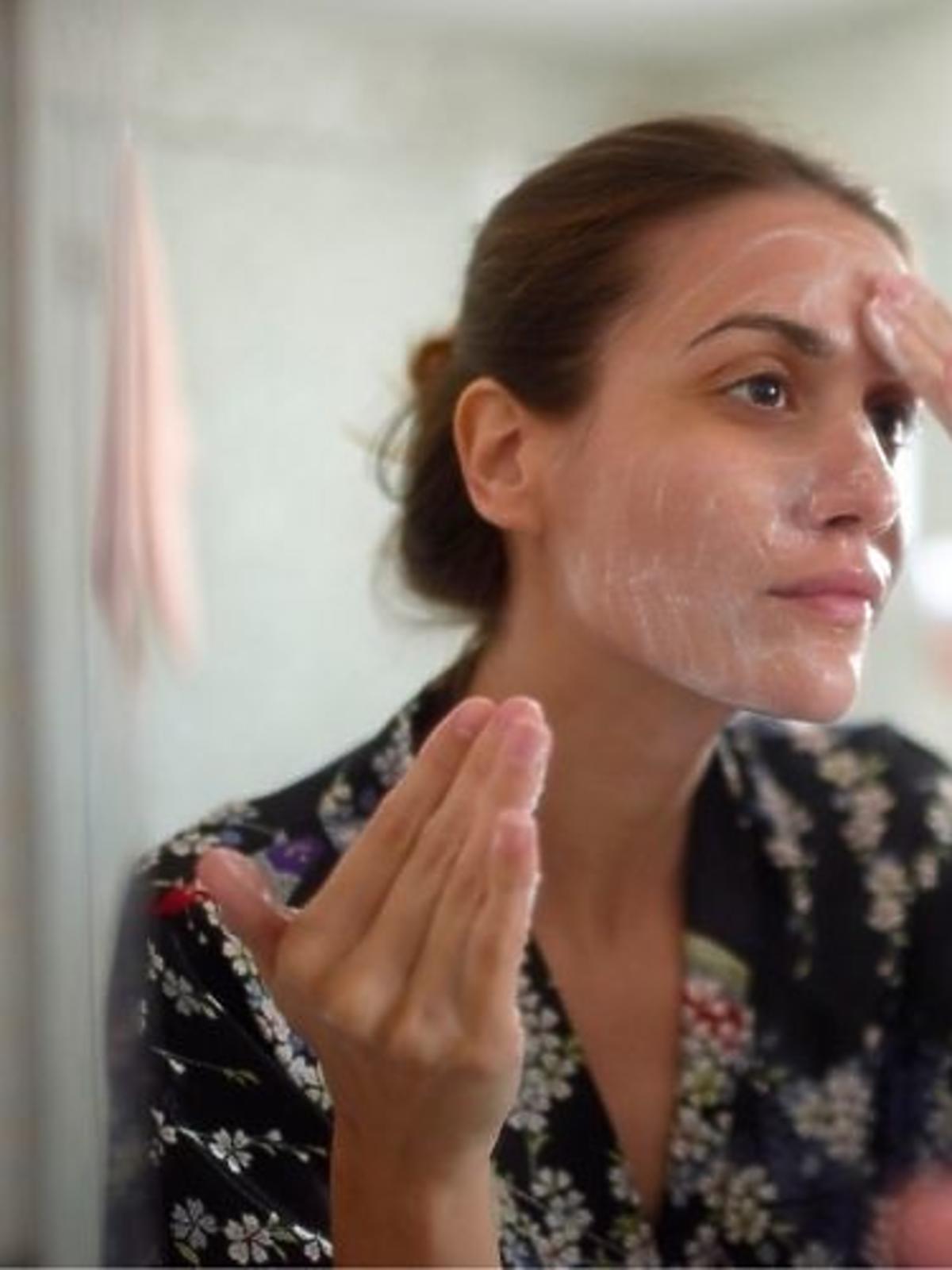 mycie twarzy żelem z peelingiem oczyszczający pory na dzień / na noc od Ziaja z serii oczyszczanie - liście manuka
