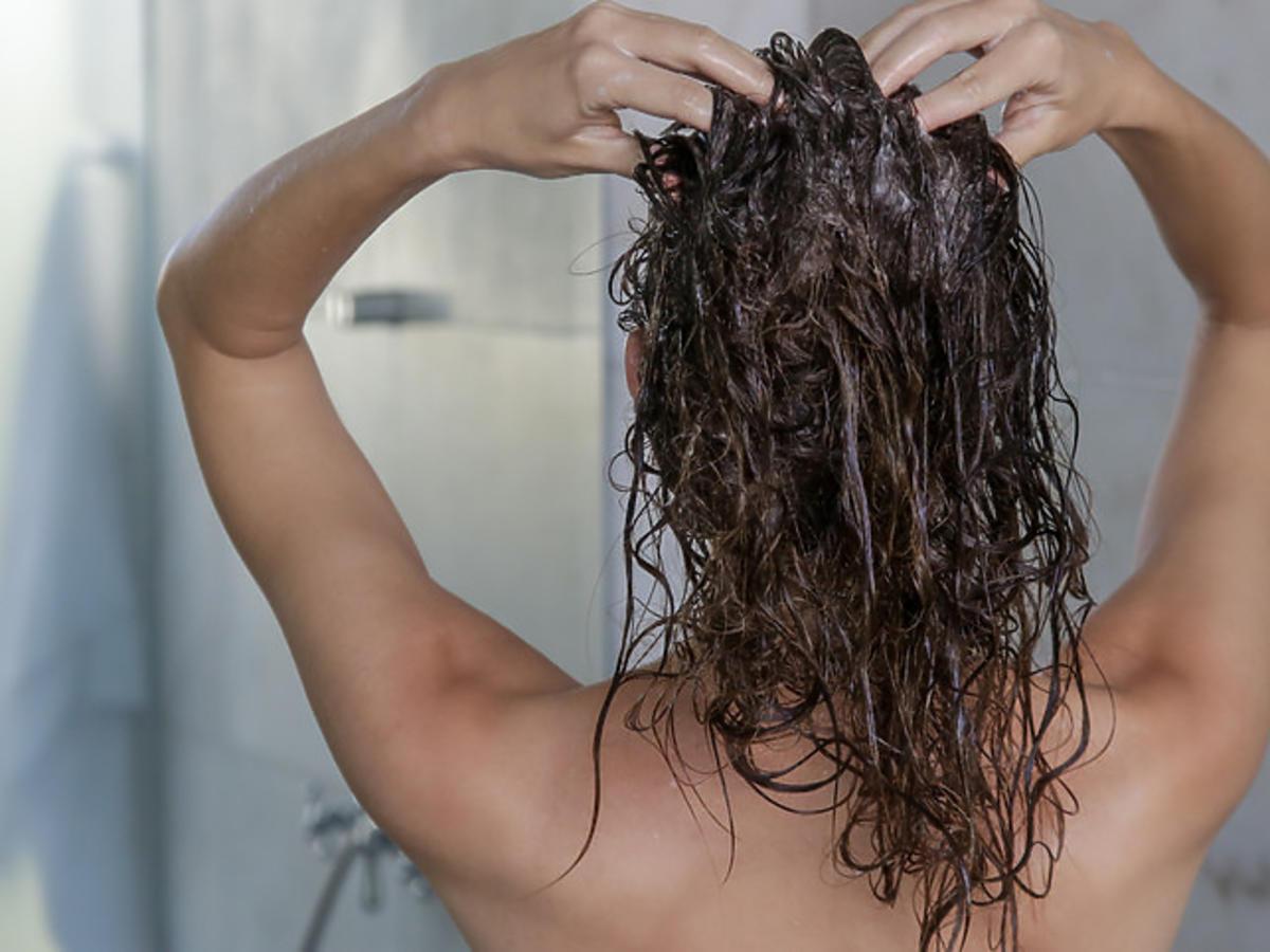 mycie włosów szamponem