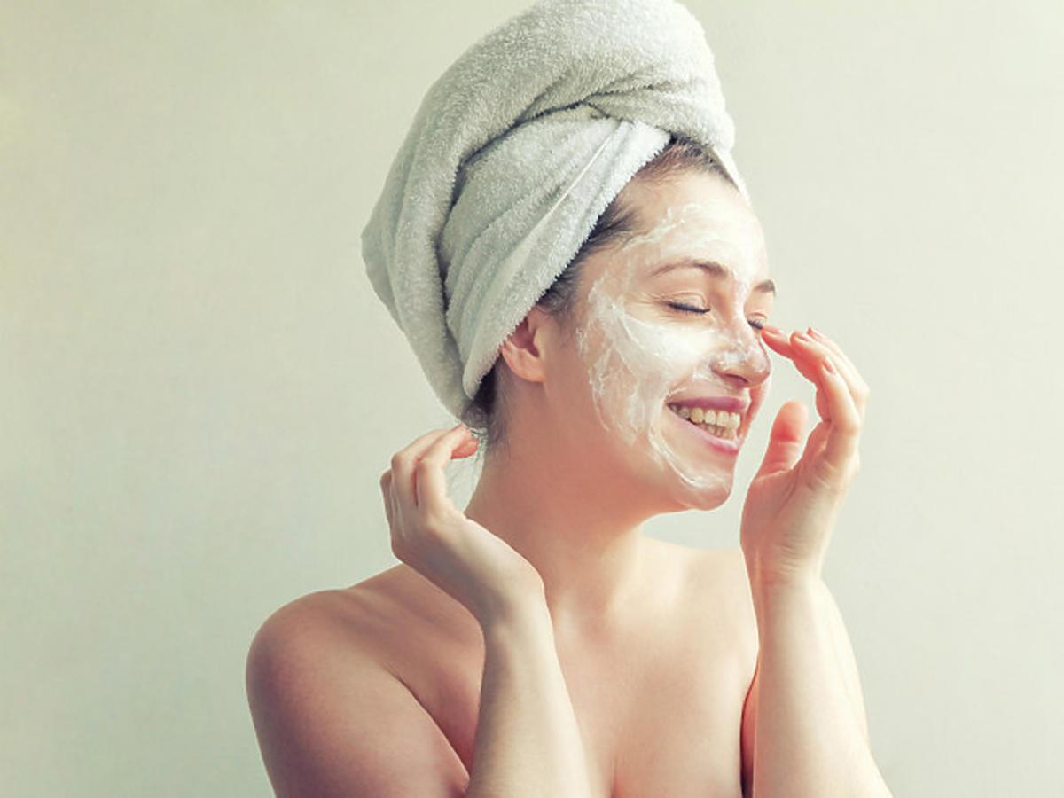 nakładanie balsamu oczyszczającego na twarz