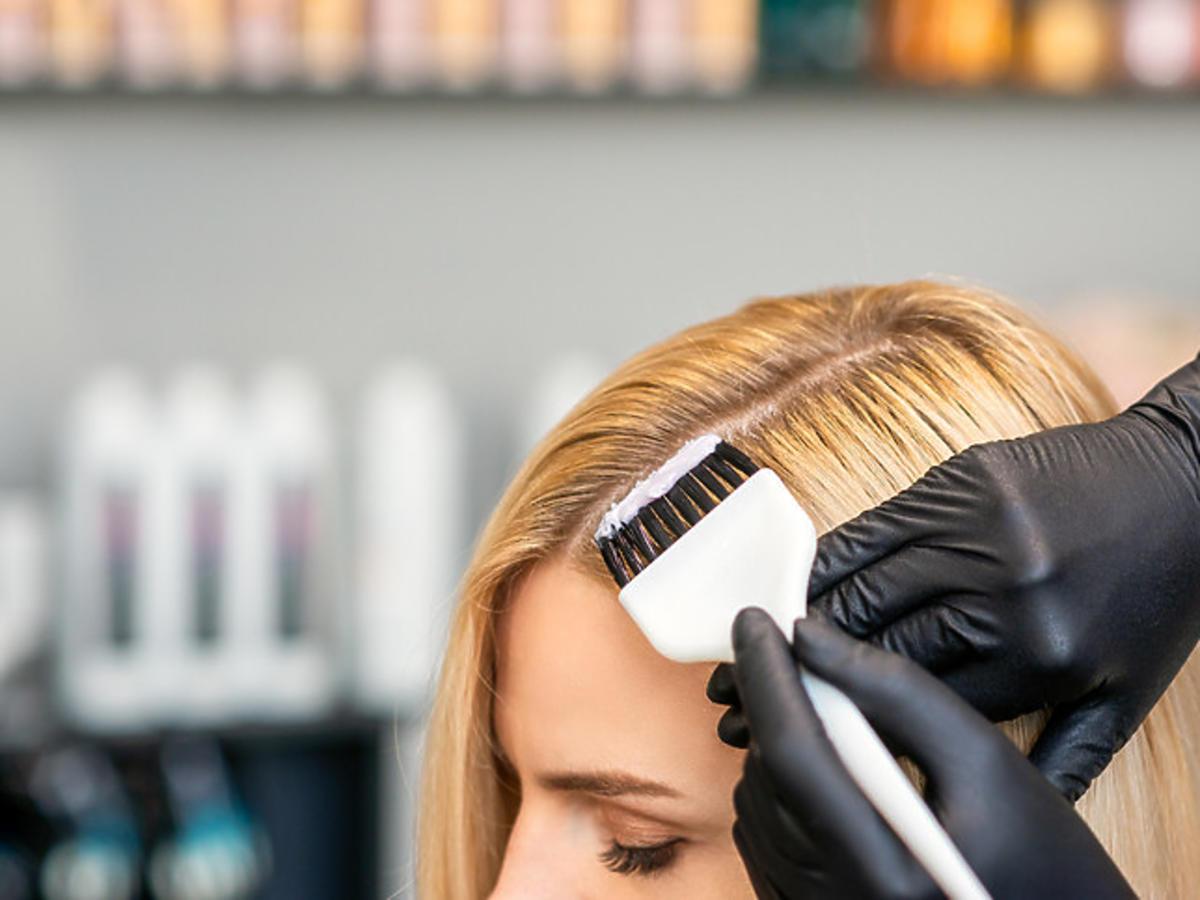 nakładanie farby rozjaśniającej na włosy