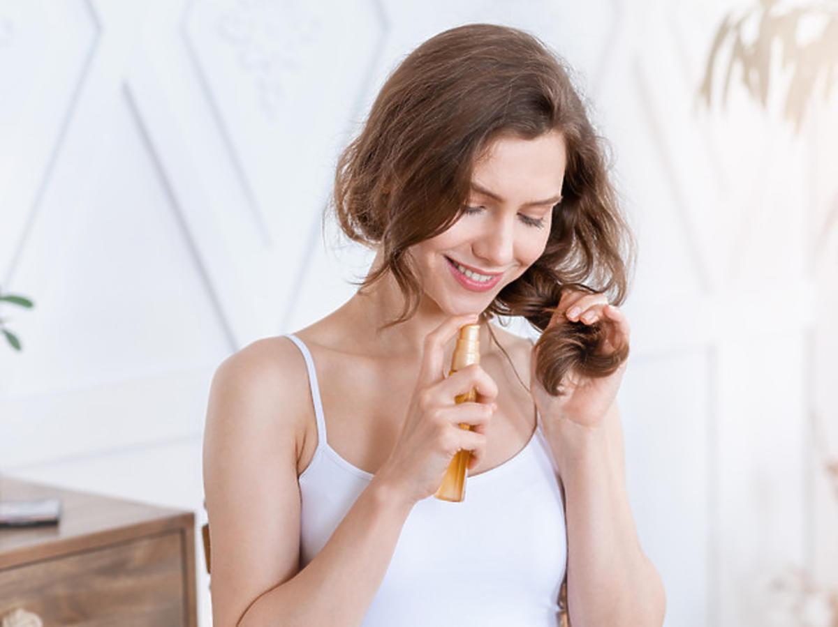 nakładanie olejku na włosy