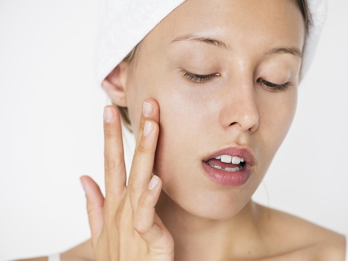 Nakładanie serum do twarzy