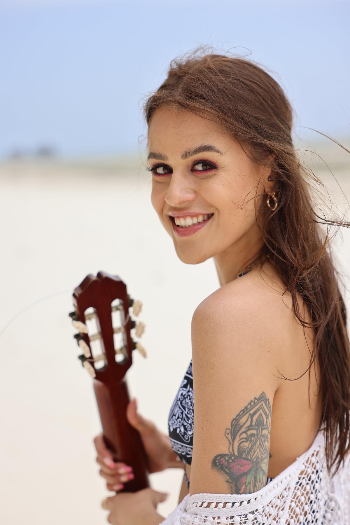 Natalia pozuje na plaży Zanzibaru