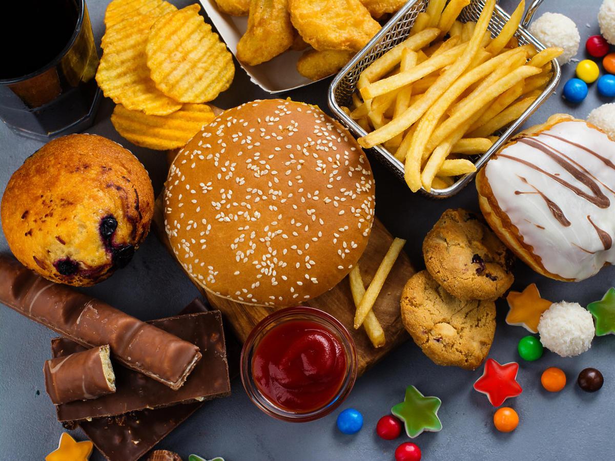 niezdrowe jedzenie - słodycze, burgery, ser