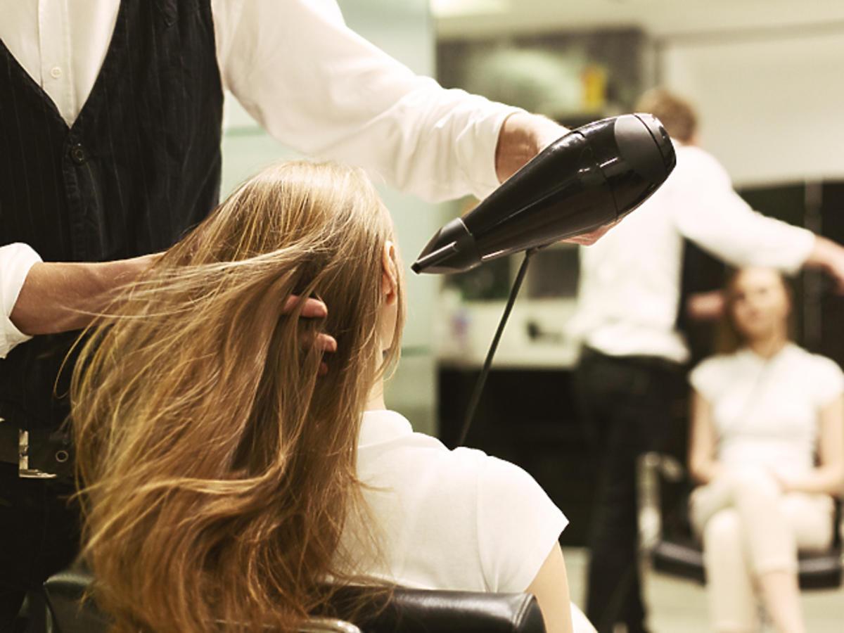 Nowe zasady po otwarciu salonów fryzjerskich - zakaz telefonów, zapisy