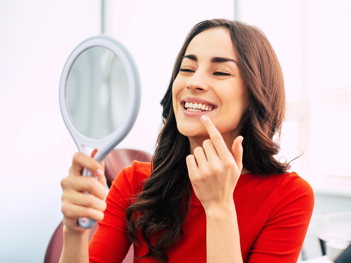 Nowy niebezpieczny trend na TikToku – ludzie wybielają sobie zęby wybielaczem