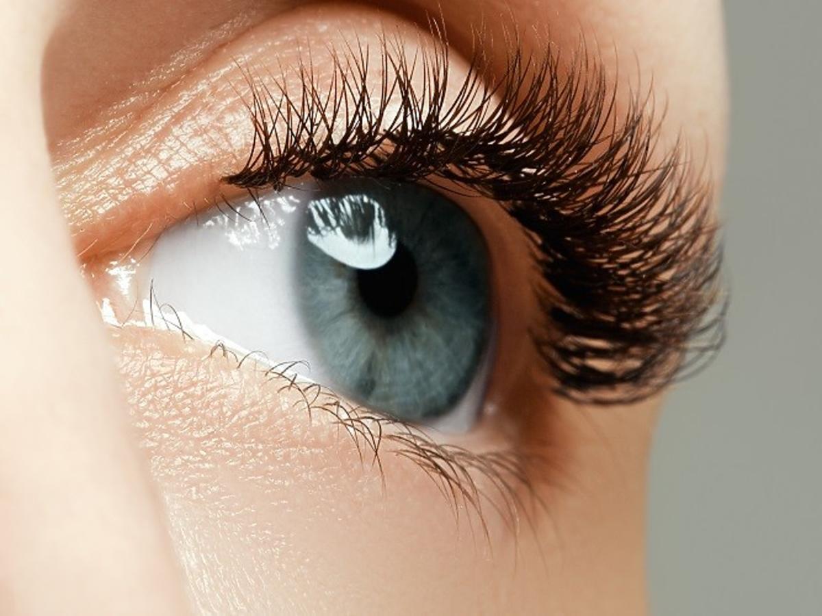 Oko kobiety z długimi rzęsami