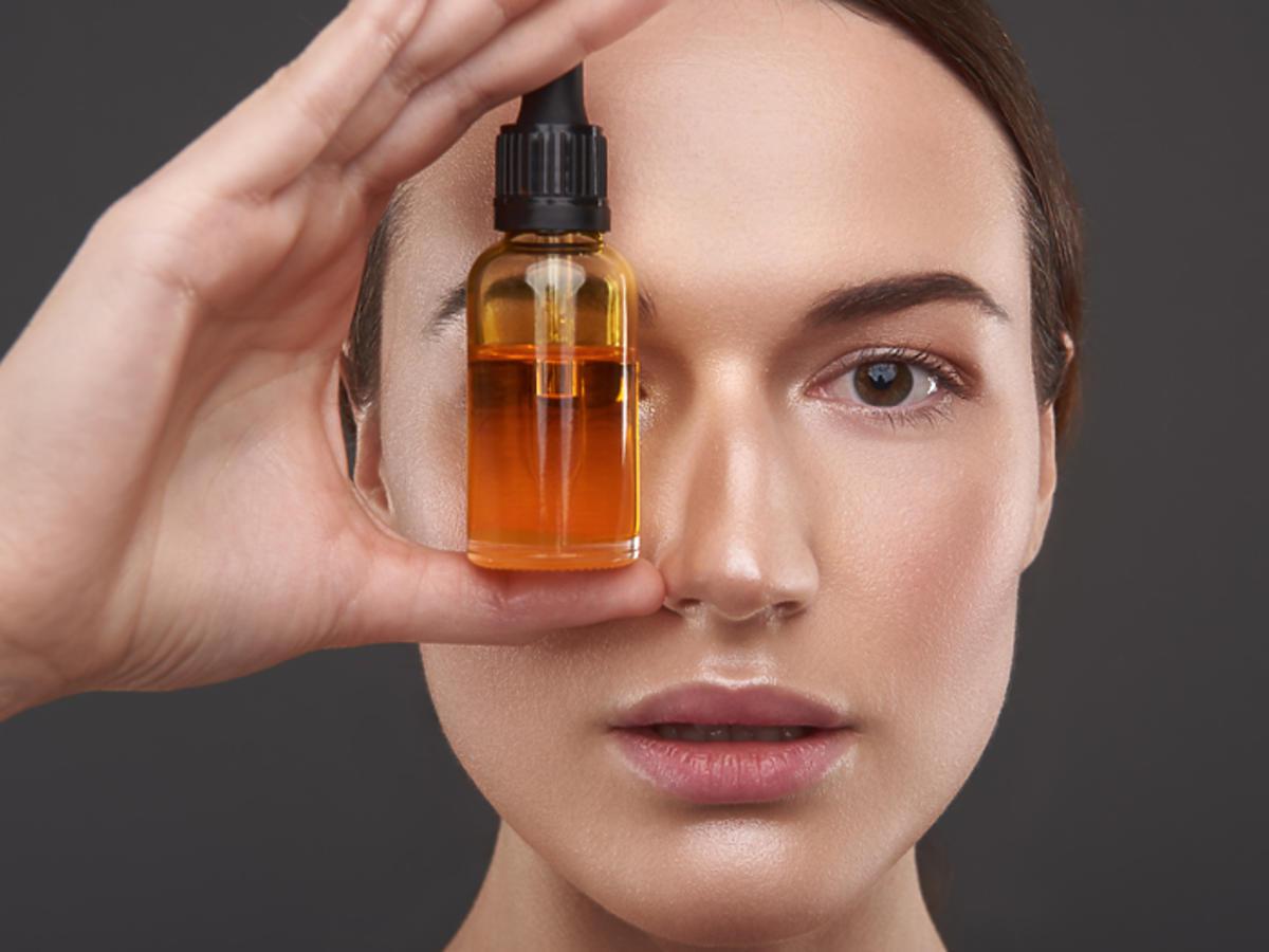 olejek cedrowy właściwości działanie olejek cedrowy na skórę olejek cedrowy na włosy trądzik łupież