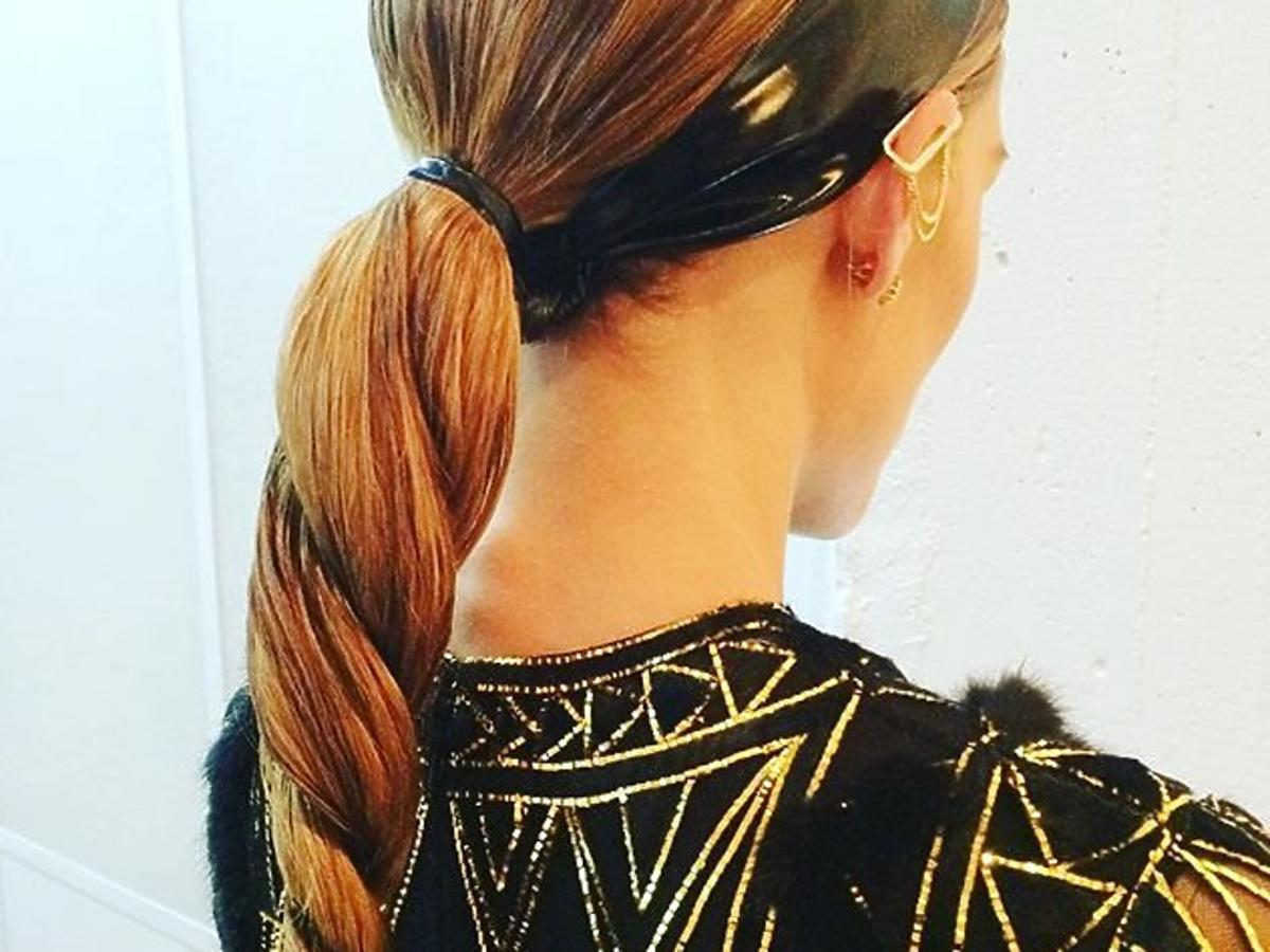 Olivia Palermo z włosami zaplecionymi w spiralny warkocz unicorn braid