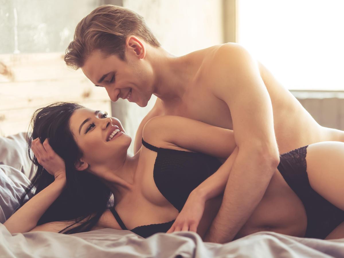 Para w bieliźnie na łóżku