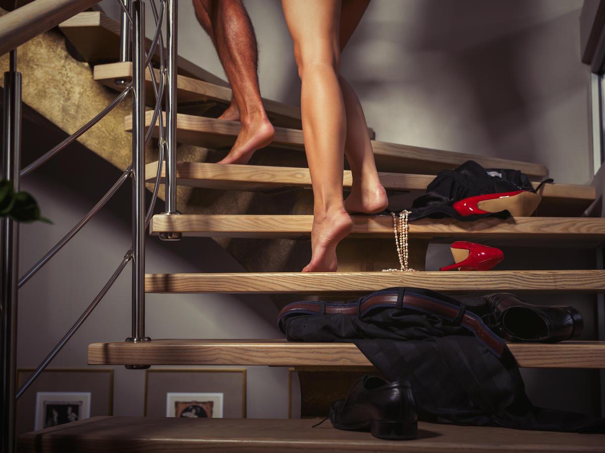 para wchodząca po schodach już prawie rozebrana przygotowuje się do seksu