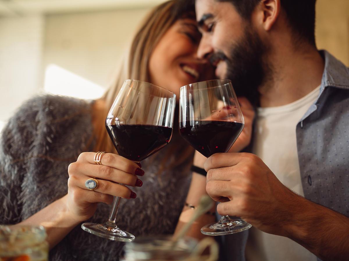 Pary które piją razem alkohol są szczęśliwsze