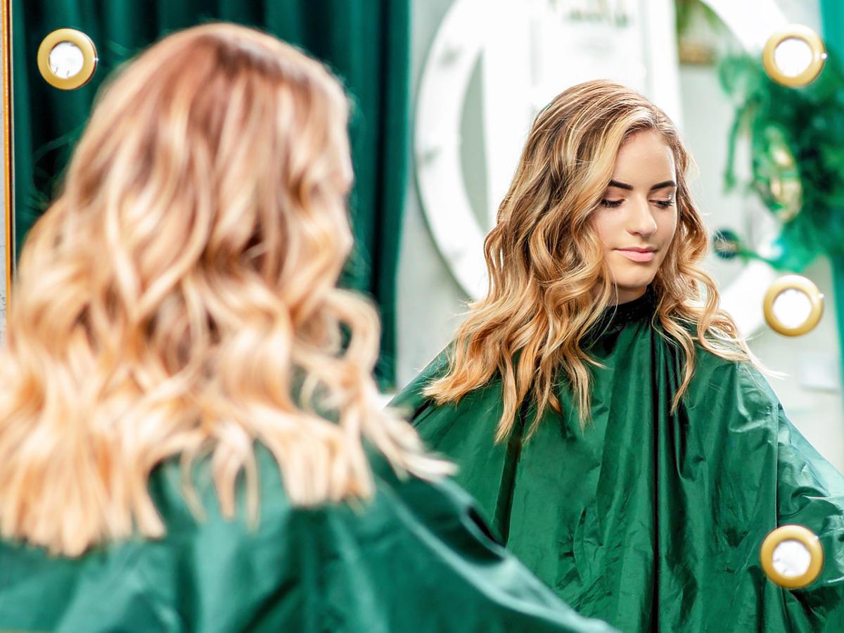 pasemka z przodu efekt na blond włosach