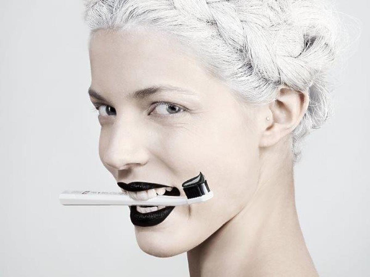 pasta wybielająca do zębów Black Is white Curaprox