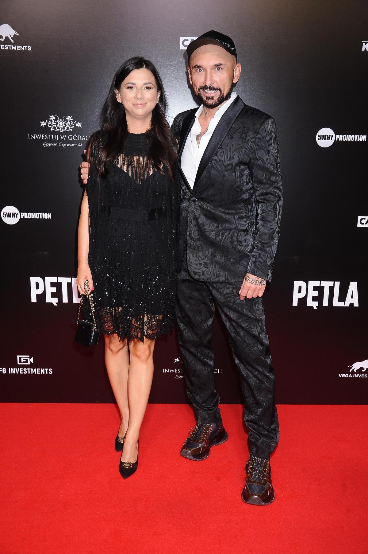 "Patryk Vega z żoną na premierze filmu ""Pętla"""