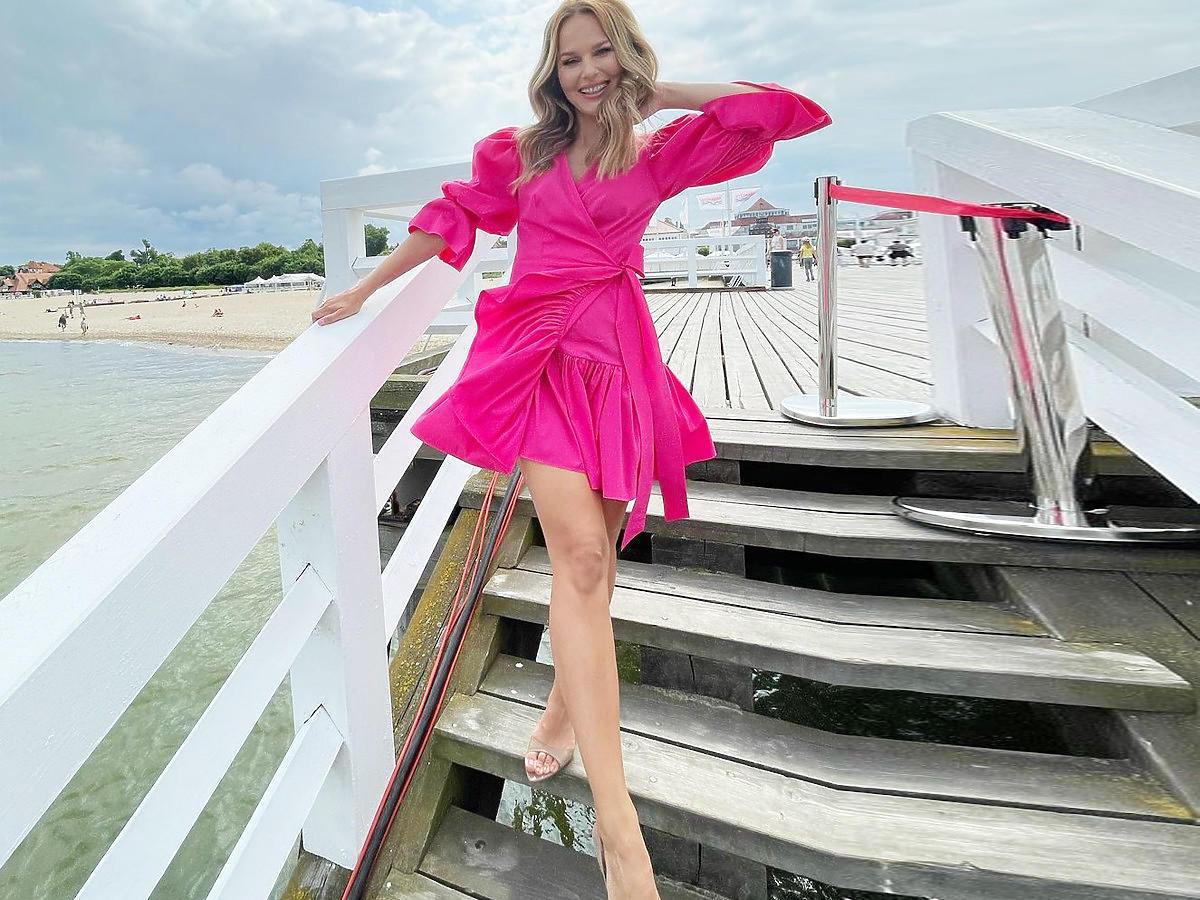 Paulina Sykut-Jeżyna w różowej sukience i sandałach beżowych na szpilce