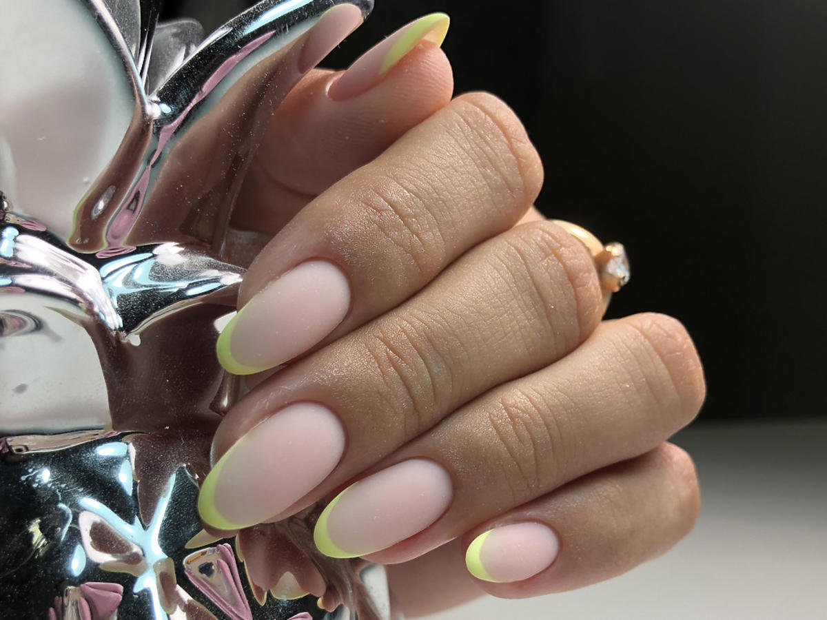paznokcie cieliste z neonową końcówką